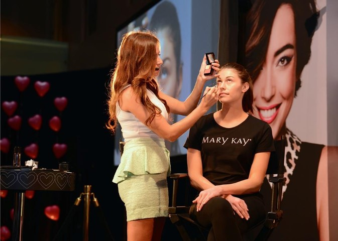 LIPSTICK. EYE SHADOW. BLUSH. REPEAT! CELEBRITY MAKE-UP ARTISTS AND INDEPENDENT BEAUTY CONSULTANTS NATIONWIDE GLAM IT UP FOR MARY KAY® MAKEOVER DAY
